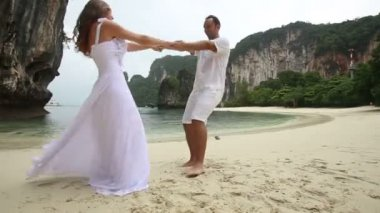 Bride and groom  on beach — Stock Video