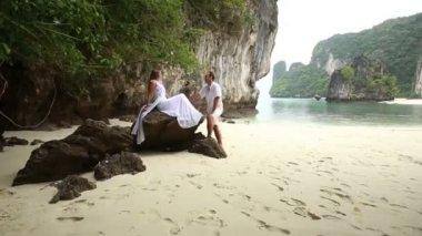Новобрачные на пляже — Стоковое видео
