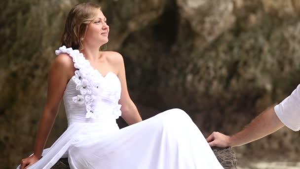 Novio y la novia en la playa — Vídeo de stock