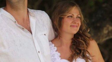 Обнимая невеста жених — Стоковое видео