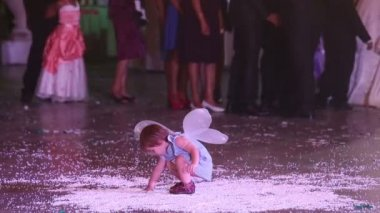 Little child playing at wedding — Vídeo stock