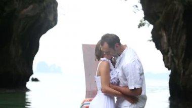 Невеста и жених на лодке в море — Стоковое видео