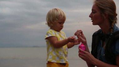 吹泡泡的女孩的母亲 — 图库视频影像