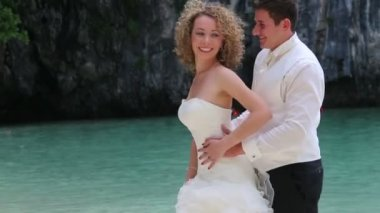 Bride and groom on tropical beach — Stock Video