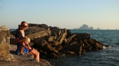 Mãe e filha no mar — Vídeo stock