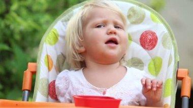 マンゴーを食べる少女 — ストックビデオ