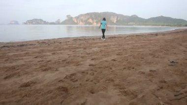 ウォーキングやビーチを走る少女 — ストックビデオ