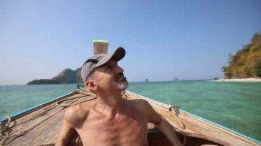 Older man on thai boat — Stok video