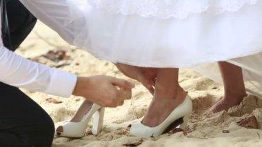 Groom  putting shoe on bride foot — Stock Video