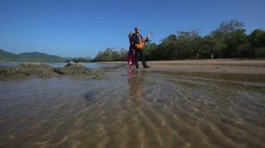 Girl and guitarist on beach — 图库视频影像