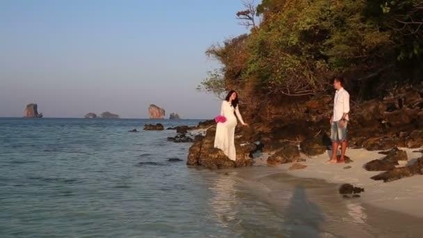Novia y el novio en la playa de mar — Vídeo de stock