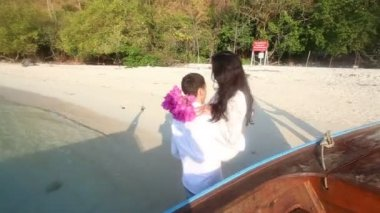 Groom and bride on tropical beach — Stock video