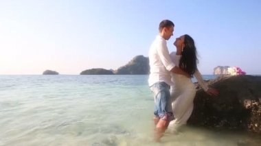 Bride and groom at tropical sea — Stock video