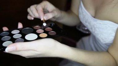 Bride putting on stylish makeup — Stock Video
