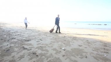Woman and man with guitar on beach — Stock Video