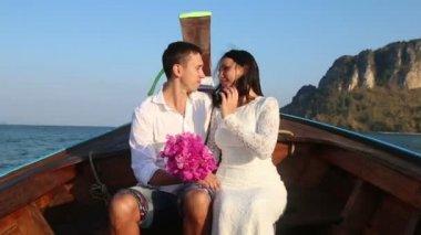 Sposa e sposo sulla spiaggia del mare — Video Stock
