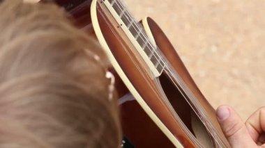 Man in black suit plays guitar — 图库视频影像