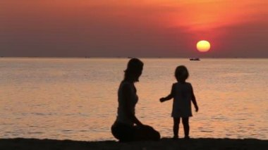 Mother and daughter admiring sunrise — Stok video