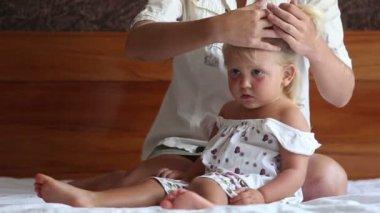 小さな娘に母お下げの髪 — ストックビデオ