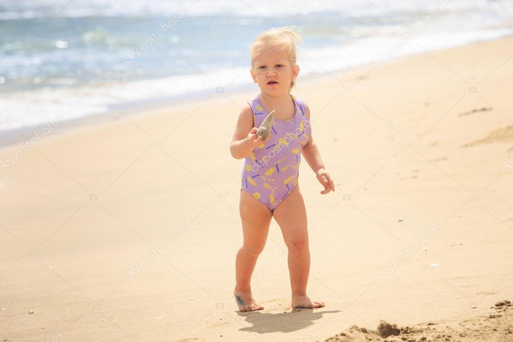 Милая блондинка на пляже