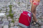 Girl's legs and red suitcase — 图库照片