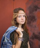 Beautiful girl dressed in hippie style — Stock Photo
