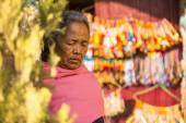 Old woman near stupa Boudhanath. — Stock Photo