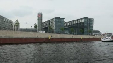 Banks of the river Spree in central Berlin, view from tour boat. — Stock Video