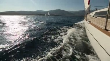 Sailing in the wind through the waves. — Vídeo stock