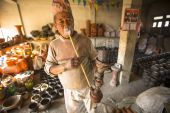 Man in pottery workshop — Stock Photo