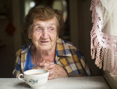 Old woman sitting alone — Stock Photo