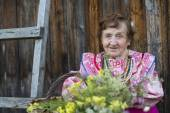 Old woman outdoors — Stock Photo