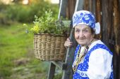 Old woman sitting on the bench — Stockfoto