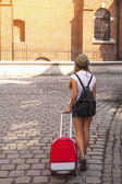 Girl travels through the cities — Stock Photo