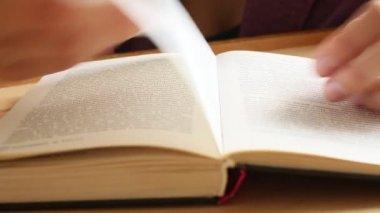 Manos de las mujeres, hojear libro — Vídeo de Stock