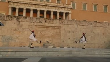Evzone guarding the Tomb of the Unknown Soldier in Athens dressed in full dress uniform — Stock Video
