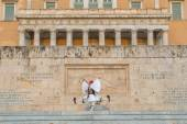 Evzones guarding the Tomb of the Unknown Soldier — Stock Photo
