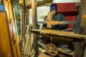 Человек, работающий в мастерской деревянные. — Стоковое фото