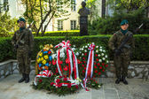 Polish soldiers at ceremony of laying flowers — Stock Photo