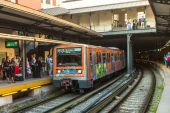 Urban metro station with subway train — Stock Photo