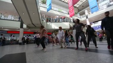 Dance flash mob at the train station. — Stock Video