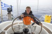 Young skipper drives the sailboat — Stock Photo