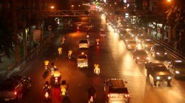 Traffic problem in Bangkok. Traffic jams at night time. — Stockvideo
