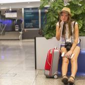 Young girl with a suitcase — Stock Photo
