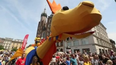 During the parade of dragons near St.Mary's Basilica — Stock Video