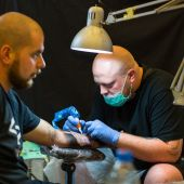 People make tattoos at Tattoo Convention — Stock Photo