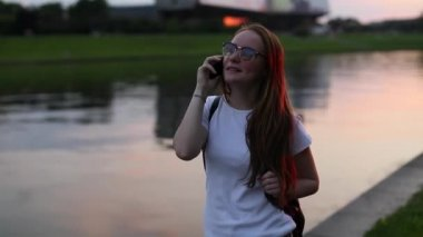 Teenage girl talking on mobile phone — Stock Video