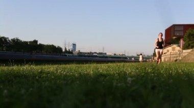 Young girl runs across grass — Stock Video