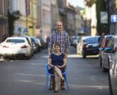 Young woman sits on chair with man — Foto de Stock