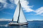 Sailboat participates in sailing regatta — ストック写真